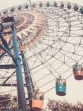 Ferris Wheel Ansicht von unten Getontes vertikales Bild im Retrostil lizenzfreie stockfotos