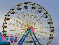 Ferris Wheel Background Against ein Abend-Himmel lizenzfreies stockbild