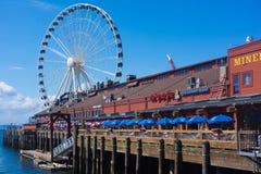Ferris Wheel bij de Pijler van Seattle stock foto