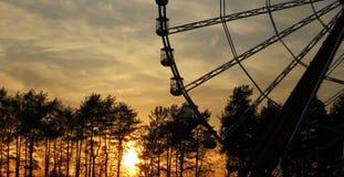 Ferris Wheel bij zonsondergang Stock Afbeeldingen