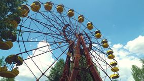 Ferris Wheel célèbre dans la ville fantôme de Pripyat, zone d'exclusion de Chernobyl Ukraine banque de vidéos