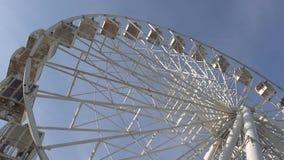 Ferris Wheel Carousel Spinning Blue himmelbakgrund arkivfilmer
