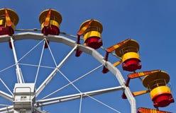 Ferris Wheel coloreado en el cielo azul Foto de archivo libre de regalías
