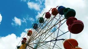 Ferris Wheel colorido en un parque de atracciones almacen de video