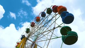 Ferris Wheel colorido en un parque de atracciones almacen de metraje de vídeo