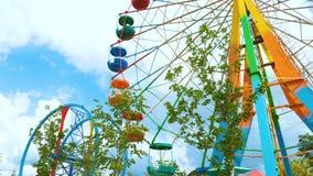 Ferris Wheel colorido en un parque de atracciones metrajes