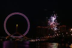 Ferris Wheel con i fuochi d'artificio Immagini Stock