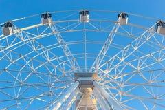 Ferris Wheel contra fondo del cielo azul Fotografía de archivo libre de regalías