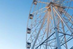 Ferris Wheel contra fondo del cielo azul Fotos de archivo libres de regalías