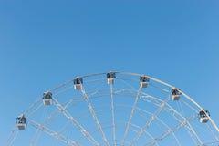 Ferris Wheel contra fondo del cielo azul Imagen de archivo