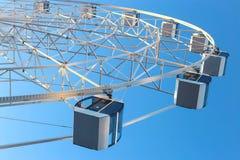 Ferris Wheel contra fondo del cielo azul foto de archivo libre de regalías