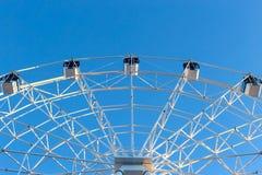 Ferris Wheel contra fondo del cielo azul imagen de archivo libre de regalías