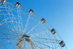 Ferris Wheel contra fondo del cielo azul foto de archivo