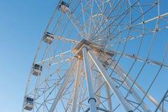 Ferris Wheel contra fondo del cielo azul fotografía de archivo