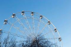 Ferris Wheel contra o fundo do céu azul Imagens de Stock Royalty Free
