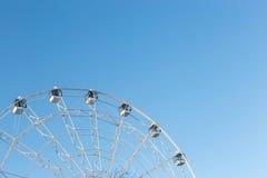 Ferris Wheel contra o fundo do céu azul Fotografia de Stock Royalty Free