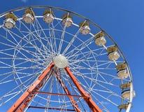 Ferris Wheel contre un ciel bleu lumineux Image stock