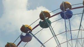 Ferris Wheel da cor brilhante no fundo do céu azul com nuvens brancas Fotografia de Stock Royalty Free