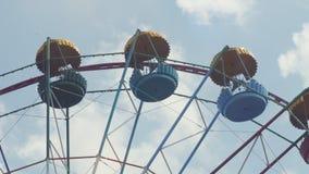 Ferris Wheel da cor brilhante no fundo do céu azul com nuvens brancas Imagens de Stock