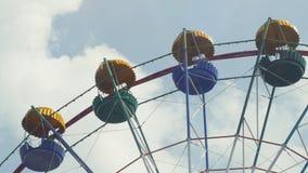 Ferris Wheel da cor brilhante no fundo do céu azul com nuvens brancas Imagens de Stock Royalty Free