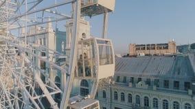 Ferris Wheel dans la ville banque de vidéos