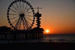 Ferris Wheel In der Abend auf dem Strandsonnenuntergang Lizenzfreie Stockfotos