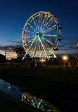 Ferris Wheel in der Dämmerung reflektiert Stockfotografie