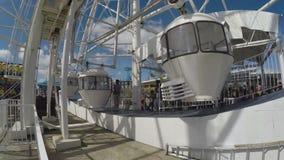 Ferris Wheel, der hoch auf blaue Himmel in einem Unterhaltungsfreizeitpark umzieht stock video footage