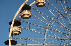 Ferris Wheel Details Against Blue-Himmel lizenzfreie stockfotos