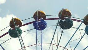 Ferris Wheel di colore luminoso sul fondo del cielo blu con le nuvole bianche 3840x2160 stock footage