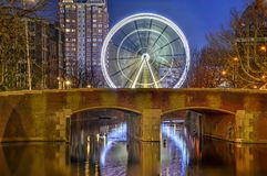 Ferris Wheel dietro il ponte fotografie stock