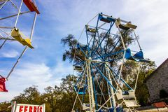 Ferris Wheel In Disrepair & in Opslag stock foto