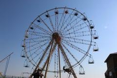 Ferris Wheel El hombre puede todos por ejemplo - hacer girar la rueda fotos de archivo libres de regalías
