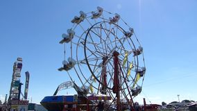Ferris Wheel em um dia do ` s do verão filme