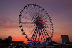 Ferris Wheel en Asiatique la orilla del río con el fondo crepuscular hermoso de la puesta del sol y del cielo imágenes de archivo libres de regalías