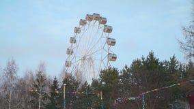 Ferris Wheel en día de invierno en Siberia almacen de metraje de vídeo