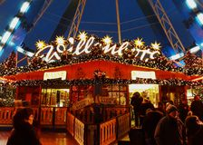 Ferris Wheel en el mercado de la Navidad Foto de archivo libre de regalías
