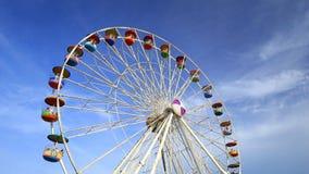Ferris Wheel en el parque de atracciones con el fondo del cielo almacen de metraje de vídeo