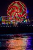 Ferris Wheel en Promenade bij Nacht Stock Foto's