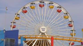 Ferris Wheel en Santa Monica Pier en Los Angeles - LOS ANGELES, los E.E.U.U. - 29 DE MARZO DE 2019 metrajes