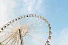 Ferris Wheel enorme e permanente con le gondole murate vetro Immagini Stock Libere da Diritti