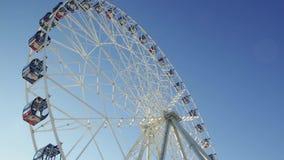 Ferris Wheel escena Rueda de la observación - cierre encima del tiro Ferris Wheel Spinning en el fondo de un cielo azul almacen de metraje de vídeo