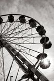 Ferris Wheel Fairground Amusement Ride bei Sonnenuntergang stockfotografie