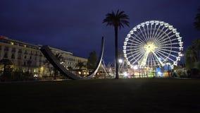 Ferris Wheel in het reuzewiel van het nacht panoramische wiel in Nice stock footage