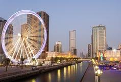 Ferris Wheel i den Sharjah staden på skymning royaltyfria bilder