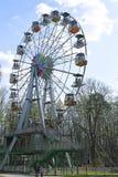 Ferris Wheel i staden parkerar i Krasnogorsk Arkivfoto