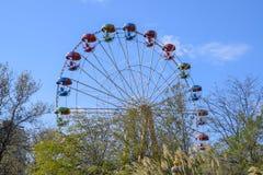 Ferris Wheel Ferris Wheel i staden parkerar Platser för passagerare på ferrishjulet Arkivbild