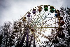Ferris Wheel idoso no parque do dendro, Kropyvnytskyi, Ucrânia foto de stock royalty free