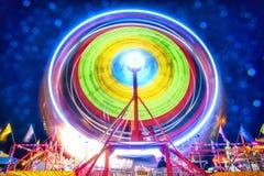 Ferris Wheel Light Motion bij Nacht Royalty-vrije Stock Afbeeldingen