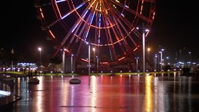 Ferris Wheel Lights At Night Terraplén de Batumi, Georgia almacen de video